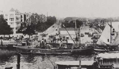Oud Rotterdam.<br>Rechts, langs de rivier de Nieuwe Maas, de Oosterkade.<br>Op de achtergrond het station Rotterdam-Maas.<br>Het water           onder is de toegang tot de Oude Haven.<br>Links de woningen en kantoren aan het Haringvliet.