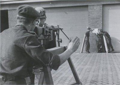 Hier wordt een landmachtmilitair in de gelegenheid gesteld een Fal geweer met de standaard richtmiddelen op de juiste manier af te stellen, hier op 25 meter. Opname is           genomen bij de KMS te Weert.<br>