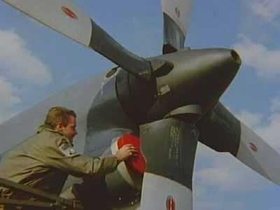 Opleiding op Melsbroek. De propellers van een Lockheed C-130H-30 Hercules transportvliegtuig worden opgepoetst