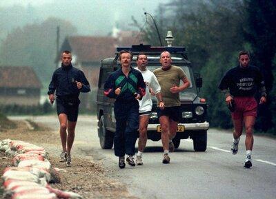De Minister van Defensie, tijdens zijn werkbezoek, aan het joggen in Bosnië.<br>