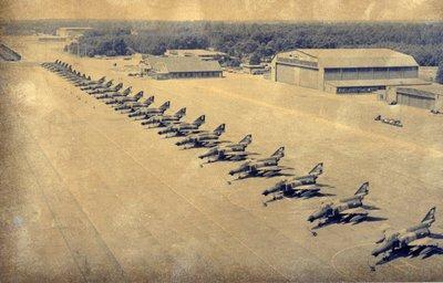 Een vijftiental PhantomII's staat voor een hangaar opgesteld op het platform, naast enkele Northrop F-5's, F-111's en Starfighters.