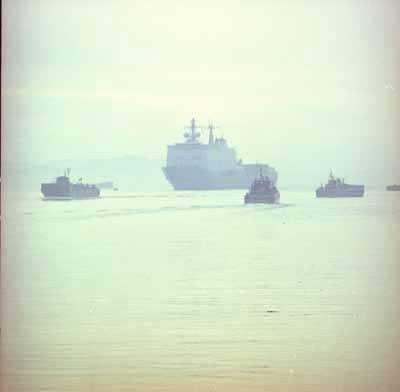 Hr.Ms. Rotterdam L800 (1998-) en een paar LCU,s in de haven van Durrës, Albanië tijdens de VN noodhulpoperatie Allied Harbour in 1999