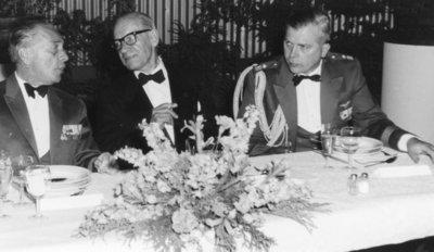 Jubileumviering ter gelegenheid van 50 jaar Koninklijke Luchtmacht.Korpsdiner te Soesterberg.V.l.n.r.: kolonel J.J.F. Borghouts, RMWO; mr.F.H. Copes van           Hasselt (voorzitter Stichting Nationaal Luchtvaartmuseum) en majoor-vlieger K. van Gessel (adjudant van Prins Bernhard).