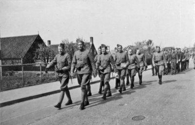 De aspirant-vliegers op weg van hun barakken naar het Vliegpark Vlissingen in het voorjaar van 1940.