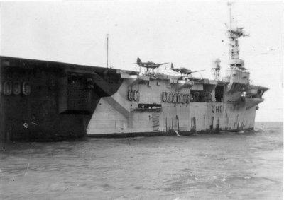 Hr.Ms. vliegkampschip Karel Doorman (ex-Nairana) (1946-1948), op thuisreis uit Nederlands-Indië met aan boord 2 buitgemaakte Japanse drijver-vliegtuigen