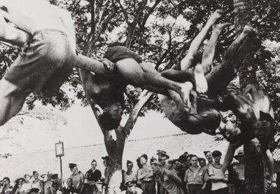Japanse propagandafoto in 1944. Engelse krijgsgevangenen doen rekstok gymnastiek voor hun gezondheid.<br>