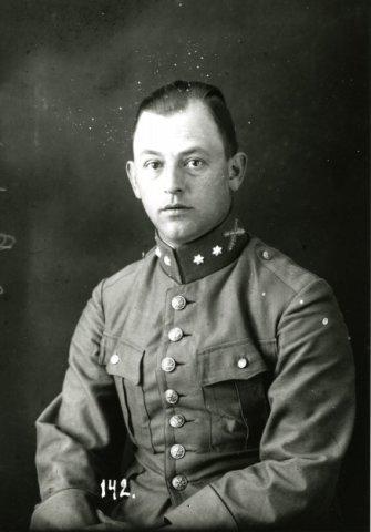 Eerste luitenant der artillerie Peeters.