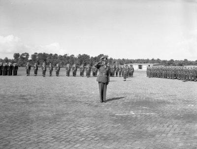 Opname van de plechtigheden op de vliegbasis Woensdrecht waar op 26 augustus 1958 het commando over de vliegbasis zal worden overgedragen door commodore-waarnemer W. de Toom           aan kolonel-vlieger W. Bakker. Tevens zal op deze dag de beëdiging plaatsvinden van 17 officieren. In het midden commodore-waarnemer W. den Toom.