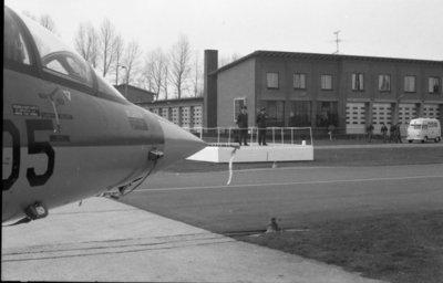 Parade ter gelegenheid van de commando-overdracht. Kolonel-vlieger-waarnemer L.W. Hansen (rechts op het podium) draagt het commando over de vliegbasis Volkel over aan           kolonel-vlieger D.J.J. Boks (links.). Op de voorgrond een Lockheed F-104G Starfighter.