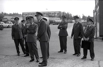 In zijn funktie van Inspecteur-Generaal van de Koninklijke Luchtmacht bezocht Z.K.H. Prins Bernhard de 12e Groep Geleide Wapens (12GGW) om zich op de hoogte te stellen van           de stand van zaken na de recente reorganisatie van de NIKE-eenheden. In de briefing-room op het Willem Versteegh Kamp te Hesepe gaf kolonel-vlieger-waarnemer R.A. Hengsdijk, commandant 12           GGW de prins een uitgebreid exposé over de huidige situatie en de toekomstige ontwikkelingen.Op de foto: Demonstraties met het nieuwe brandweervoertuig en de           Meiler-kraan.