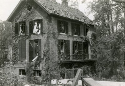 Een zwaar beschadigde villa van waaruit majoor J.H.A. Jacometti, commandant van het IIe Bataljon van het 8e Regiment Infanterie, zich met zijn eenheid tijdens de gevechten           in de meidagen van 1940 in de Grebbelinie verdedigde.<br>