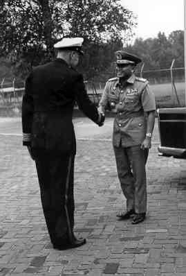 Bezoek van de Indonesische Generaal-Majoor der Mariniers (Korps Komando Alri) Moekijat. Ontvangst op de Van Braam Houckgeestkazerne. V.l.n.r. kolmarns A.J. Knegtmans,           genmajmarns Moekijat