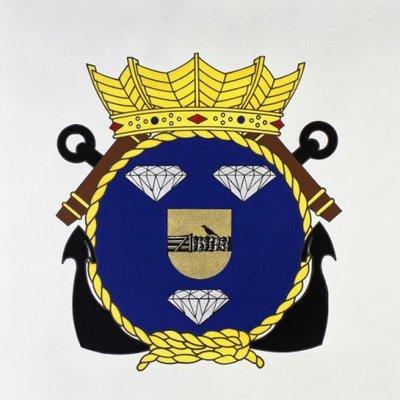 VAN MOPPES. Het embleem is ontleend aan het familiewapen van de officier der marinestoomvaartdienst der tweede klasse W.M. van Moppes (1911-1942). Tijdens een gevecht tegen           de Japanners in de Straat Badoeng op 19 februari 1942 redde hij vele gewonden uit ketelruimen. Daarbij kwam hij uiteindelijk om. Als hartschild is daarom het wapen van Piet Hein opgenomen.           Embleem gevoerd door Hr.Ms. Van Moppes (1960-1982).<br>