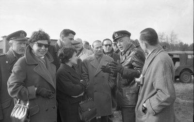 Een dertigtal leden van de Nederlandse Vereniging voor Lucht- en Ruimtevaartpublicisten (NVLP) was te gast bij de Koninklijke Luchtmacht. Met een Fokker Troopship vloog het           gezelschap van Ypenburg naar de vliegbasis Woensdrecht waar o.a. de Straalmotorenwerkplaats werd bezichtigd en demonstraties werd bijgewoond van een lid van Whisky Four en van de           brandweer.