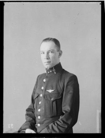 Reserve eerste luitenant-vlieger mr. F.H.(Frederick Hendrik) Copes van Hasselt, geboren op 20-4-1895 te Den Haag.
