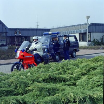 Personeel van de Marechaussee brigade Den Helder klaar voor een patrouille in maart 1989.
