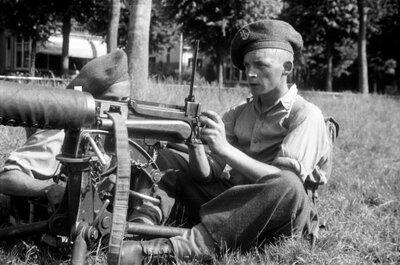 Militairen van de opleiding aan de Kaderschool Infanterie te Ermelo oefenen met een Vickers watergekoelde mitrailleur. De munitie-aanvoer gaat via een canvas           band.