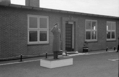 Z.K.H. Prins Bernhard, Inspecteur-Generaal van de Koninklijke Luchtmacht bracht op 10 maart 1959 een bezoek aan de vliegbasis Eindhoven waar hij in een door hem zelf           gevlogen T-33 arriveerde. De prins bezocht diverse onderdelen en diensten van de basis. Bezocht werden 314 en 315 squadron en na aldaar een demonstratie van ATO-starts en een scramble van           tweemaal 6 F-84F's te hebben bijgewoond, vervolgens de verschillende andere afdelingen.Eveneens bracht de prins een bezoek aan het kamp waar het op de vliegbasis Eindhoven           gelegerde personeel van de Britse Royal Air Force is gehuisvest. Op de foto: de prins salueert, voor het gebouw de RAF Police, naar de opgestelde erewacht van de           RAF.