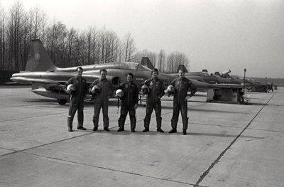 Deelnemende vliegers aan de Tactical Weapons Meet (TWM) dat in 1974 werd gehouden op de vliegbasis Twenthe staan voor de Northrop NF-5's van 315 squadron.V.l.n.r.:           kapitein B.Bonnema, majoor J.P.A. Penson, elt. J.A. Vasilda, ltn. J.P. Soolsma en kapitein H. Eijlers.
