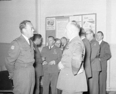 Z.K.H. Prins Bernhard, Inspecteur-Generaal van de Koninklijke Luchtmacht bracht op 10 maart 1959 een bezoek aan de vliegbasis Eindhoven waar hij in een door hem zelf           gevlogen T-33 arriveerde. De prins bezocht diverse onderdelen en diensten van de basis. Bezocht werden 314 en 315 squadron en na aldaar een demonstratie van ATO-starts en een scramble van           tweemaal 6 F-84F's te hebben bijgewoond, vervolgens de verschillende andere afdelingen. Op de foto: de prins in gesprek met commandant van de basis, kolonel W.           Kramer.