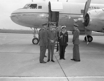Generaal Lauris Norstad, opperbevelhebber der geallieerde troepen in Europa, voerde op 11 juli 1961 besprekingen in Nederland.<br>De erewacht van de LIMOS uit Nijmegen           bracht op Ypenburg, waar de generaal arriveerde, het eerbetoon.<br>Links van de generaal de commandant van de vliegbasis Ypenburg, kolonel-vlieger J.N. Mulder (RMWO).