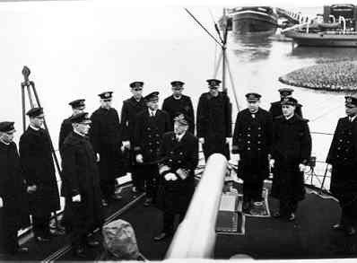 VADM L.J. Quant spreekt de bemanning van torpedobootjager Hr.Ms. Witte de With (1930-1942) toe, voor vertrek naar Curaçao, 1930