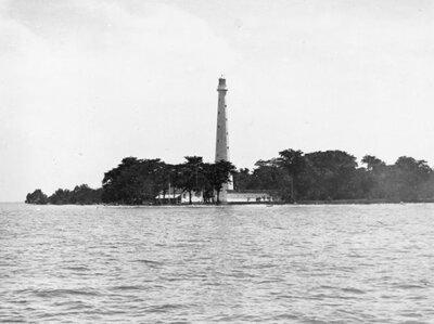 Bataviasche Jacht Club, Tandjong Priok, Java.<br>Het vuurtoreneiland Edam in de baai van Batavia.