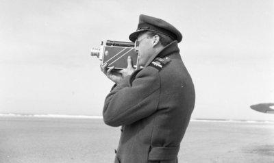 Z.K.H. Prins Bernhard brengt in zijn hoedanigheid van Inspecteur-Generaal van de Koninklijke Luchtmacht een werkbezoek aan de vliegbasis Leeuwarden. Vanuit Leeuwarden bracht           de prins een bezoekje aan de Vliehors waar hij met zijn camera enkele opnamen maakt.