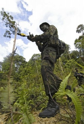 Brunei, 15 juni 2005. © Henry Westendorp/ CAVDKM/ Koninklijke Marine. Jungle training Brunei. Enkele Nederlandse mariniers volgen in Brunei de Britse jungle training aan de           Jungle Warfare Wing. Na het voltooien van deze zware traning kunnen zij als instructeur of als adviseur optreden.