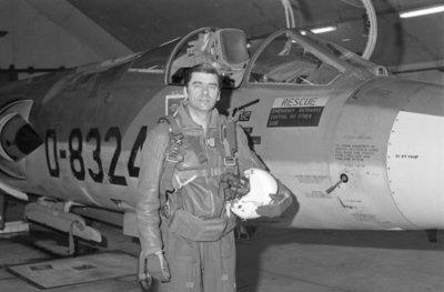 Majoor-vlieger W.H.A. Wijninga (geb. 1932) bij een Lockheed F-104G Starfighter. De opname is gemaakt ter gelegenheid van zijn 25-jarig jubileum als vlieger bij de           KLu. (16-1-1954 - 16-1-1979).