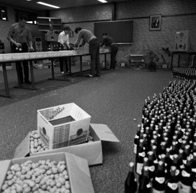 Kerstpakketten bij het Marine Elektronisch en Optisch Bedrijf te Den Helder