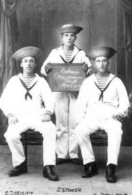 Drie marine-mannen te Batavia op 1 april 1917. Op de foto van links naar rechts: C. Zeeman, J. Stoker en J. Dorland