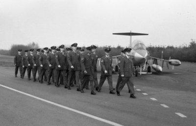 Parade met deelname van Amerikaanse luchtmachtmilitairen ter gelegenheid van de commando-overdracht. Het detachement Amerikaanse militairen zijn op Volkel gelelegerd.           Kolonel-vlieger-waarnemer L.W. Hansen draagt het commando over de vliegbasis Volkel over aan kolonel-vlieger D.J.J. Boks.