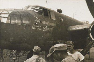 B25 Mitchells van een Amerikaanse aanvalsgroep worden klaargemaakt voor een operatie tegen Japanse posities in Westelijk Nieuw Guinea en Halmahera.