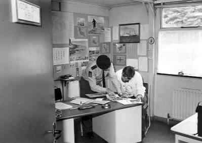 Interieur (bureau opleidingsofficier) van de divisie-barak uit 1952 op de Van Braam Houckgeest Kazerne te Doorn in 1978