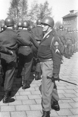 Militairen van het 11 Pantserinfanterie bataljon Garderegiment Grenadiers-gelegerd op de Saksen Weimar kazerne in Arnhem-marcheren op het kazerneplein. Een sergeant-majoor           geeft bevelen.