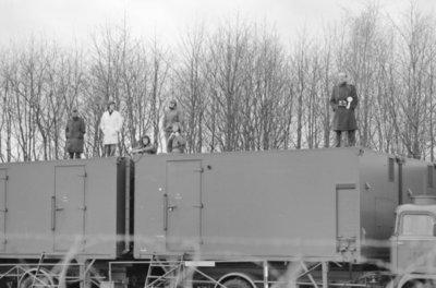 Met een fly-past van 16 Starfighters van Volkel, die in een strakke formatie over de thuisbasis trokken, gaf de vliegbasis Volkel op 17 januari 1975 te kennen het 100.000ste           uur op dit type straaljager te hebben volgemaakt. Dit in een periode van 10 jaren. Hier op de foto veel belangstelling van het basis-personeel.