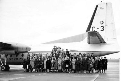 Groepsfoto CSO-dag.De deelnemers bij een Fokker F-27 Troopship. Ypenburg, 8-10-1964.