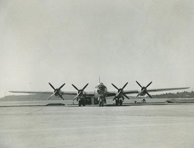 Amerikaanse Boeing B-29 Super Fortress op een vliegbasis. Met vierbladige propellers. 1943-1951.