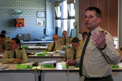Den Haag, 3 april 2002 ©Fabienne Bruys Luitenant-kolonel Peter van Erven, docent Vuursteun Instituut Defensie Leergangen (IDL).