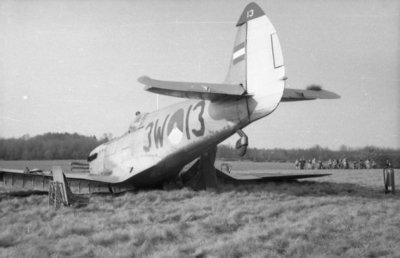 Noodlanding op 25-3-1953 van Spitfire Mk.IX van 322 squadron, registratie 3W-13 (H-25) in de buurt van Apeldoorn.Het toestel werd bestuurd door reserve eerste           luitenant-vlieger H.A.V. van der Roer. De Spitfire werd total loss verklaard en afgeschreven (officiele datum 14-4-1953).