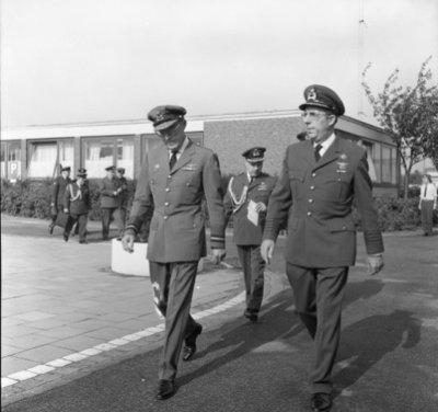 In zijn funktie van Inspecteur-Generaal van de Koninklijke Luchtmacht bezocht Z.K.H. Prins Bernhard de 12e Groep Geleide Wapens (12GGW) om zich op de hoogte te stellen van           de stand van zaken na de recente reorganisatie van de NIKE-eenheden. In de briefing-room op het Willem Versteegh Kamp te Hesepe gaf kolonel-vlieger-waarnemer R.A. Hengsdijk, commandant 12           GGW de prins een uitgebreid exposé over de huidige situatie en de toekomstige ontwikkelingen.Op de foto: de prins met de C-12GGW.