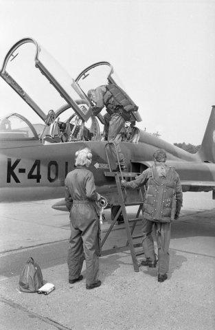 Bevelhebber der Luchtstrijdkrachten, luitenant-generaal-vlieger-waarnemer J.H. Knoop brengt een werkbezoek aan de vliegbasis Twenthe. Hier zit de bevelhebber in de           backseat van een NF-5. Het toestel werd gevlogen door kapitein-vlieger W.J. Sneek van het 313 squadron, (bij de vliegtuigtrap).