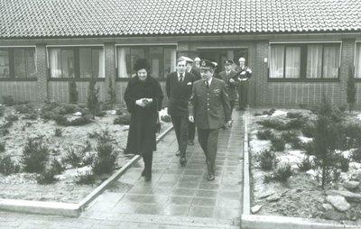 Prinses Beatrix en Prins Claus bezoeken het Control and Reporting Centre/Military Air Traffic Control (CRC/MILATCC) te Nieuw Milligen.<br>Op de foto begeleidt de           commandant kolonel-waarnemer C. Koenen het koninklijk paar.