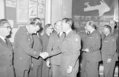 Z.K.H. Prins Bernhard, Inspecteur-Generaal van de Koninklijke Luchtmacht bracht op 10 maart 1959 een bezoek aan de vliegbasis Eindhoven waar hij in een door hem zelf           gevlogen T-33 arriveerde. De prins bezocht diverse onderdelen en diensten van de basis. Bezocht werden 314 en 315 squadron en na aldaar een demonstratie van ATO-starts en een scramble van           tweemaal 6 F-84F's te hebben bijgewoond, vervolgens de verschillende andere afdelingen. Op de foto: de prins schudt hier de hand van een Duitse           officier.