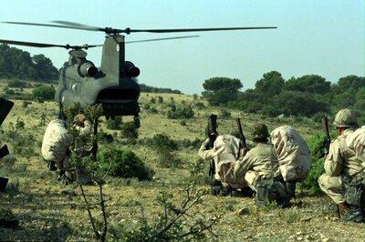 Nederlandse militairen van de Luchtmobiele Brigade in afwachting van de landing van een Spaanse Boeing CH-47D Chinook tijdens oefeningen in Spanje.           <br>