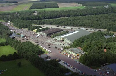 Luchtfoto van Vliegbasis Twenthe tijdens een open dag.