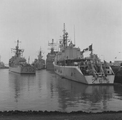 Aankomst Standing Naval Force Atlantic (STANAVFORLANT).Rechts het Canadese fregat HMCS Annapolis (1964-1996)           enlinks het Noorde fregat HNoMS Trondheim (1966-2006).