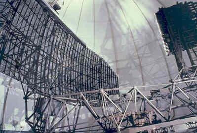 Medium Power Radar (MPR) in de radome op CRC/SOC Nieuw Milligen. Met deze radar kon ook de hoogte van een vliegtuig worden bepaald zodat aparte hoogtemeetradars niet meer           nodig waren. De horizontale balk aan de bovenzijde van de radarantenne is de SSR (IFF/SIF) antenne.