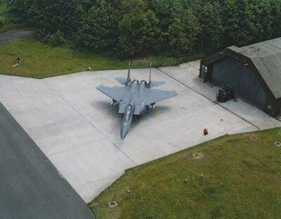 McDonnell Douglas F-15C Eagle toestel, van het 48 Fighter SquadronLakenheath AB, voor een shelter op de vliegbasis Soesterberg.